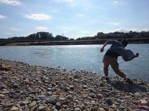 思川で水切り-300x225
